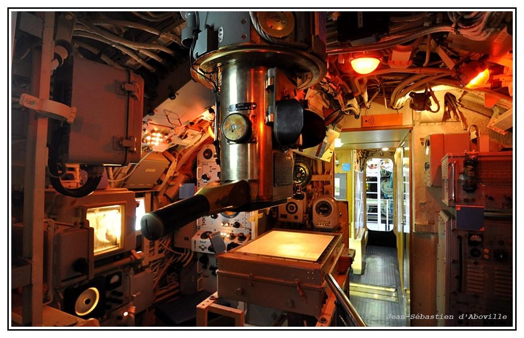 Sous-marin Argonaute - le périscope et la salle des cartes