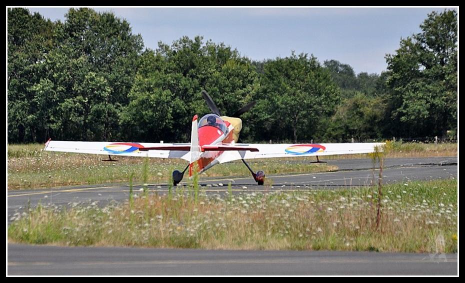 Voltige aérienne - Cap 232 au roulage à Montluçon-gueret (LFBK)