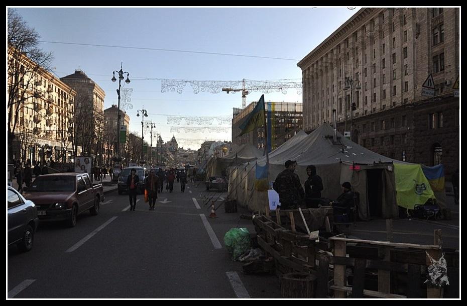 Kiev - revolution de 2014 Euromaidan. Avenue Khreshchatyk Photos avant et après les émeutes