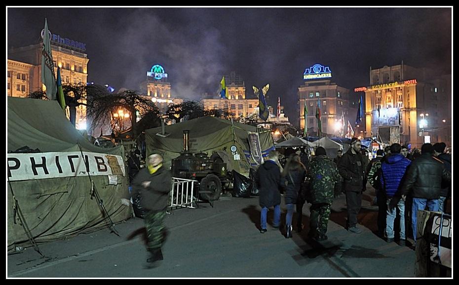 Kiev - revolution de 2014 Euro maidan. Photo Place de l'indépendance avant et après les émeutes de 2014