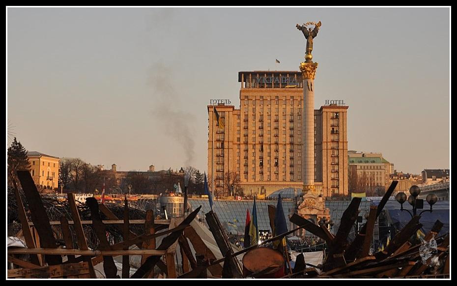 Kiev - revolution de 2014 Euro maidan. Place de l'indépendance (Maidan) Photo avant et après les émeutes