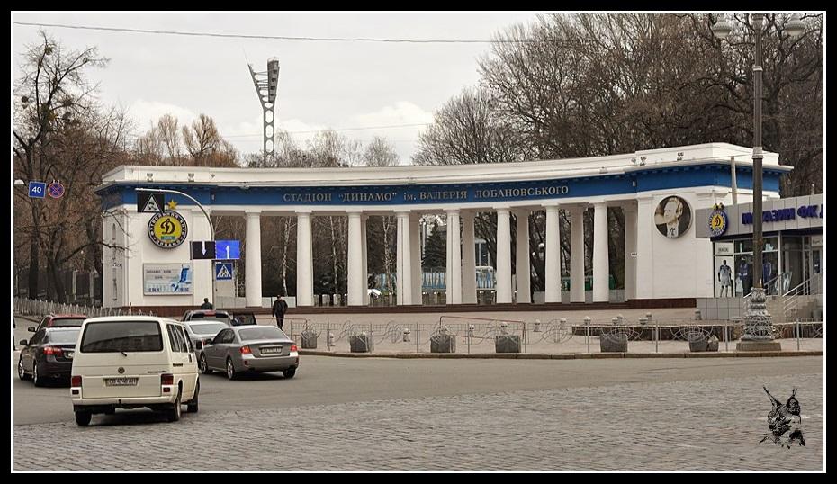 Kiev - revolution de 2014 Euromaidan. Stade Dynamo. Photo avant et après les émeutes de février 2014