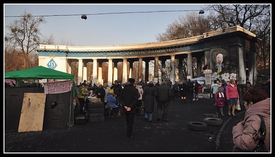 Kiev - revolution de 2014 Euromaidan. Photo de l'entrée du stade Dynamo avant et après les émeutes