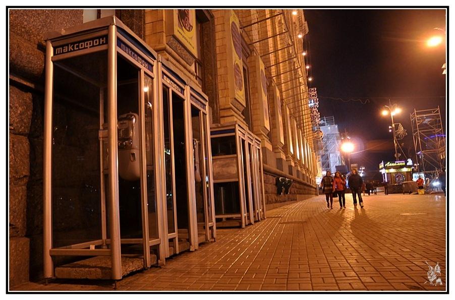 Ukraine - Kiev la nuit - Cabines téléphonique Avenue Khreshchatyk