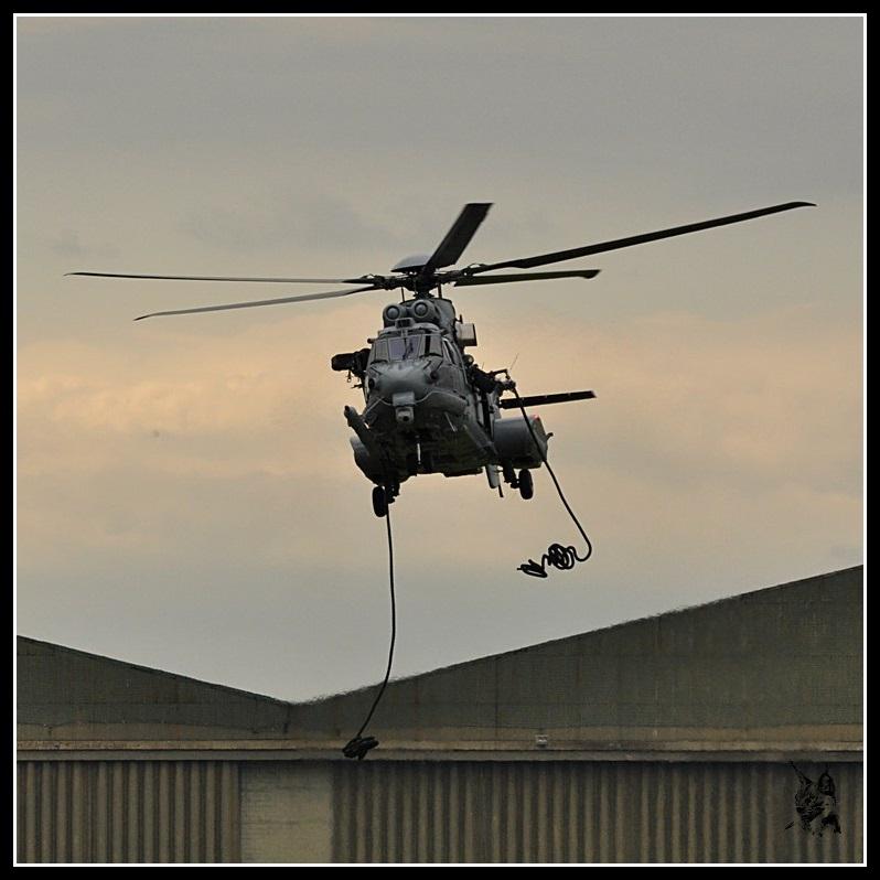 Salon du Bourget Paris Airshow 2013 - Eurocopter EC-725 Caracal dépose de commandos