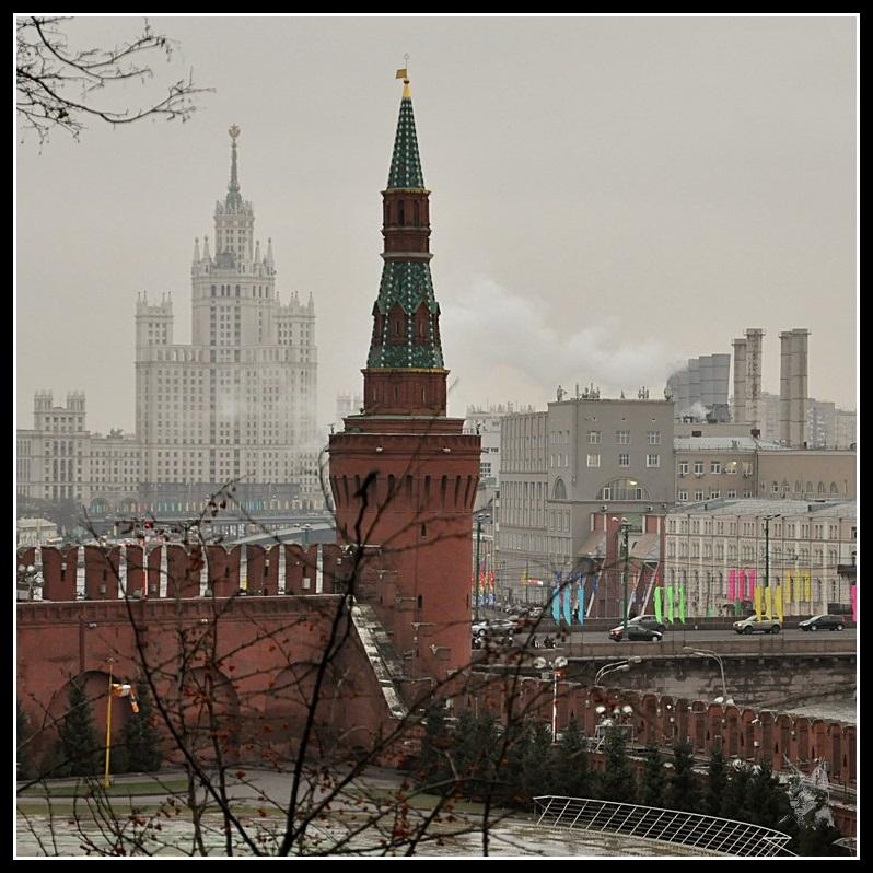 Le Kremlin de Moscou - Une tour et un building stalinien