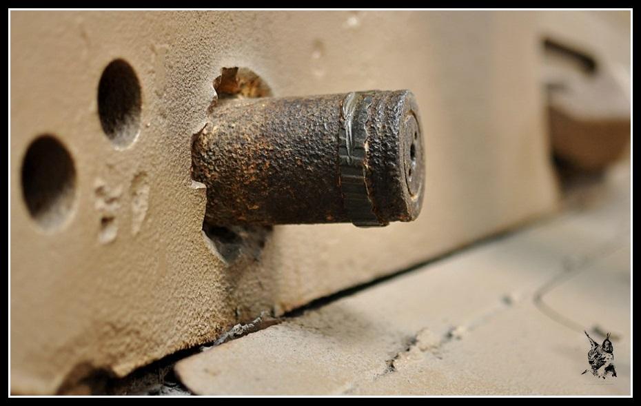 Musée des blindés de Saumur - Impact d'obus sur un blindage