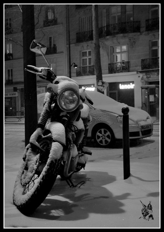 Une moto - Paris sous la neige le 12 mars 2013