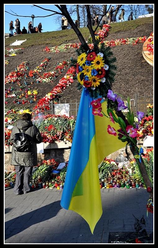 Kiev - Révolution de 2014 Euromaidan - Monument aux morts - fleurs et drapeau Ukrainien sur les barricades - евромайдан
