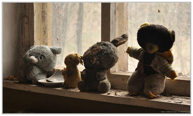 Tchernobyl - Peluches radioactive, abnadonnées dans l'école primaire de la ville-fantôme de pripiat (pripyat)