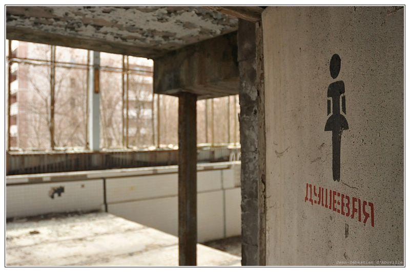La piscine de Pripiat (Prypiat) abandonnée après la catastrophe de Tchernobyl - prypiat swimming pool